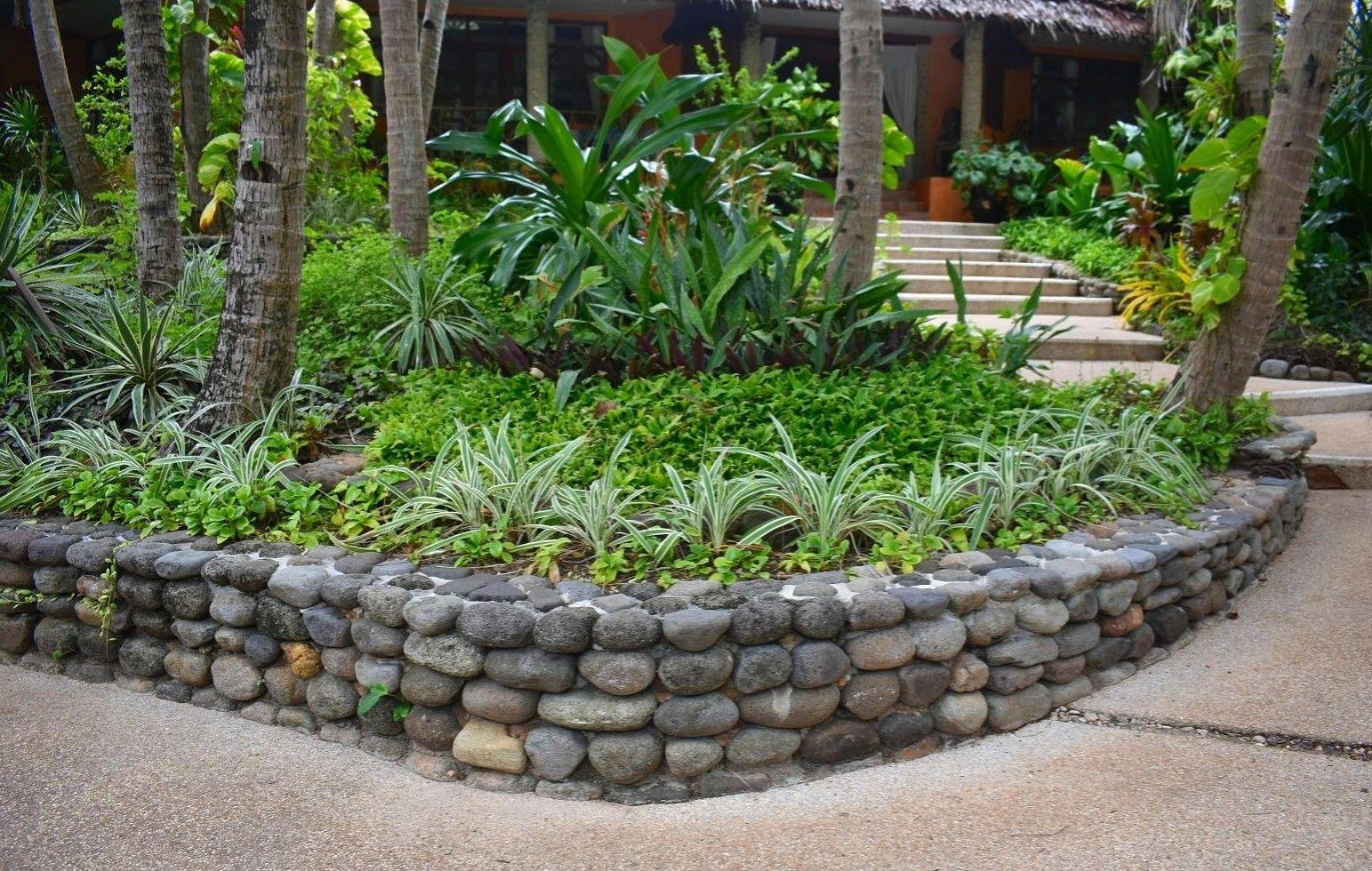 Beautiful Landscaping Idea And Retaining Wall Design Using Natural