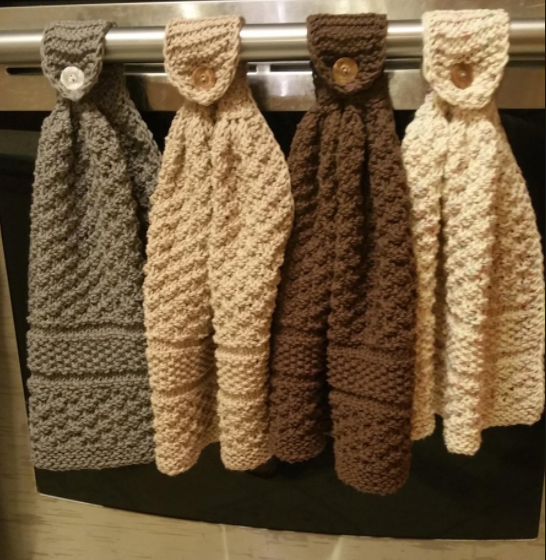 Côté tricot, pourquoi ne pas se laisser tenter par ce joli modèle  d essuie-mains… Je la trouve tout à fait magnifique ! Jolie et pratique, on  peut la ... 6ffdc570d05