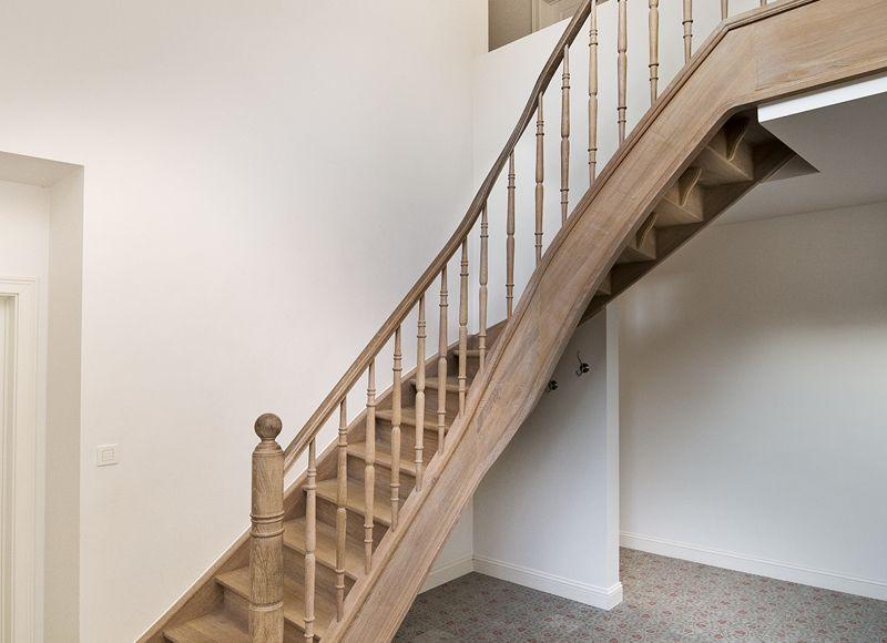 Landelijke kwartdraai trap met spijlen in smeedijzer oak t