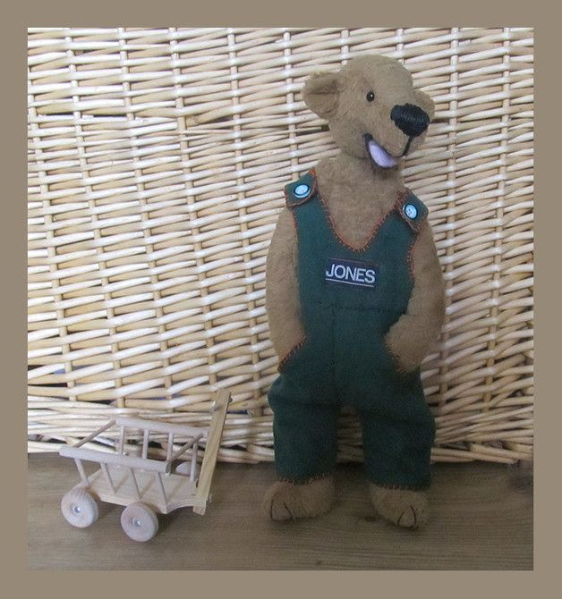 Jones der Bär ist ein handgefertigtes Kuscheltier. Jones ist ein Spielzeug von Original Steiff Schulte Material. 35 cm groß. Nicht geeignet für sehr kleine Kinder.  Auch sehr schön als...