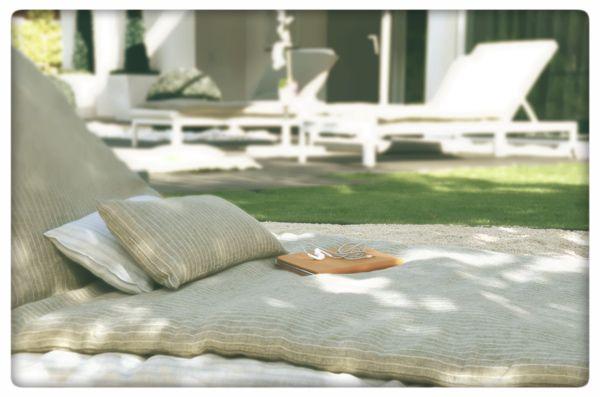 Have a nice nap on the luxury portable bed! // Disfrute de su siesta en la cama de lujo portable!