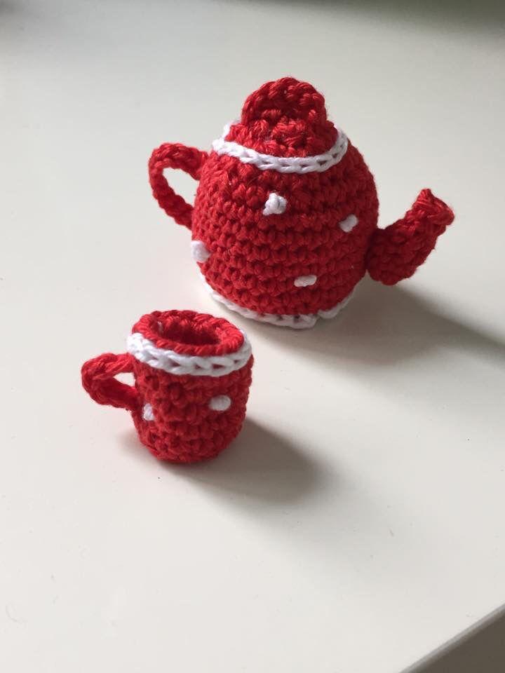 Gehaakte mini theepot en mok. Patroon: http://craftyqueens.nl/2013/10/28/tea-for-two-crochet-teapot-pattern/