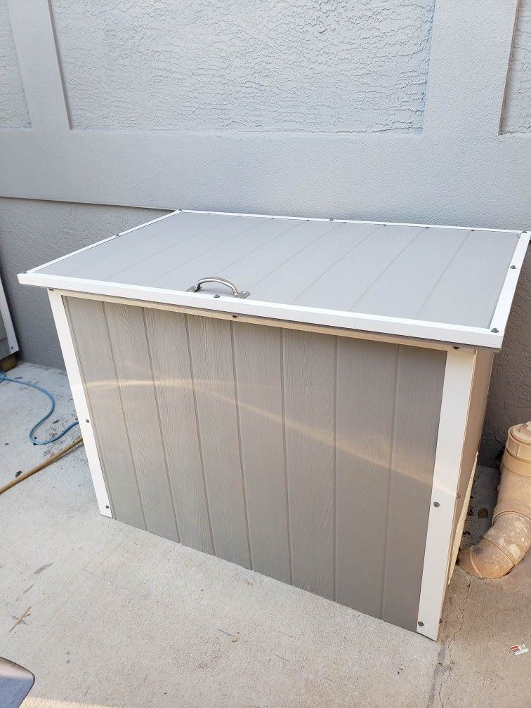 Built A Storage Deck Box Diy Unit To Cover Our Outdoor Chest Freezer And Matches Shed Https Pin It Smipsqayydbgu Deck Box Storage Deck Box Diy Chest Freezer