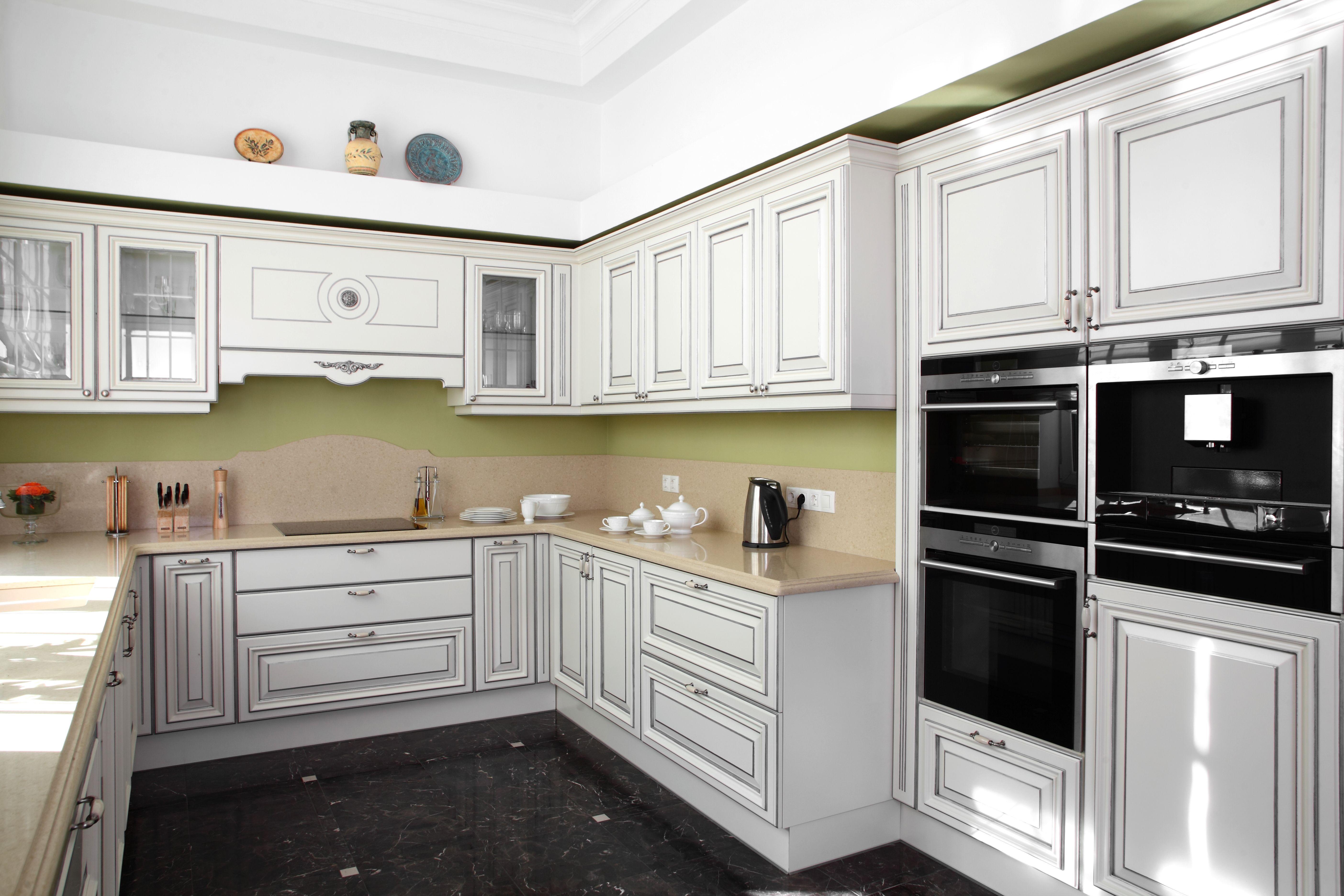 Elegancka Drewniana Biala Kuchnia Z Szarymi Zarysami Delikatny Jasny Blat Dopelnia Subtelnej Aranzacji Elegant Wooden White Kitchen With Gray Outlines
