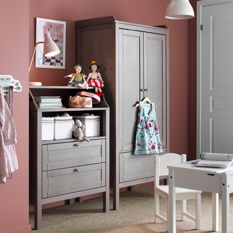 rangement enfant avec armoire et commode sundvik en brun gris bureau et chaise sundvik en blanc. Black Bedroom Furniture Sets. Home Design Ideas