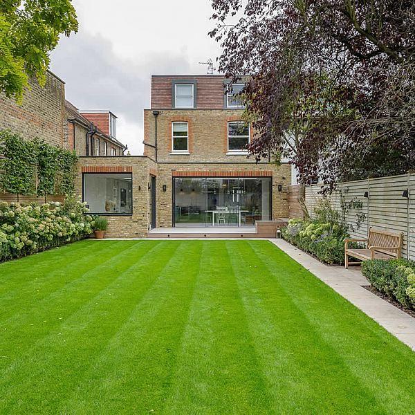 Photo of Familiengartengestaltung in Barnes West London, Rasenfläche für verschiedene …