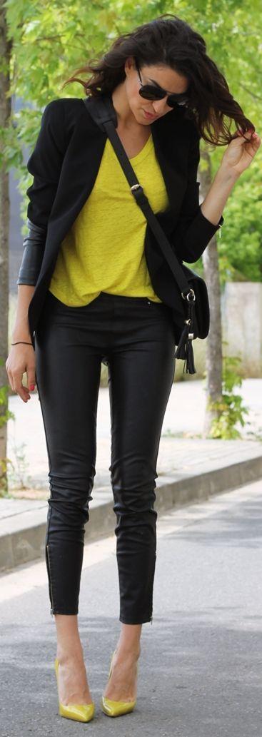 pantalon cuero negro - camiseta en amarillo   blazer con detalles de cuero  en negro (de Farabian) 77372e87f74