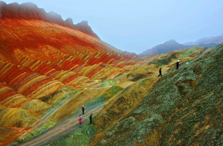 Sateenkaarivuoristo on syntynyt yli 24 miljoonaa vuotta sitten eriväristen mineraalien ja hiekkakivien puristuessa yhteen, ja eroosion kuluttaessa vuorien pintaa.