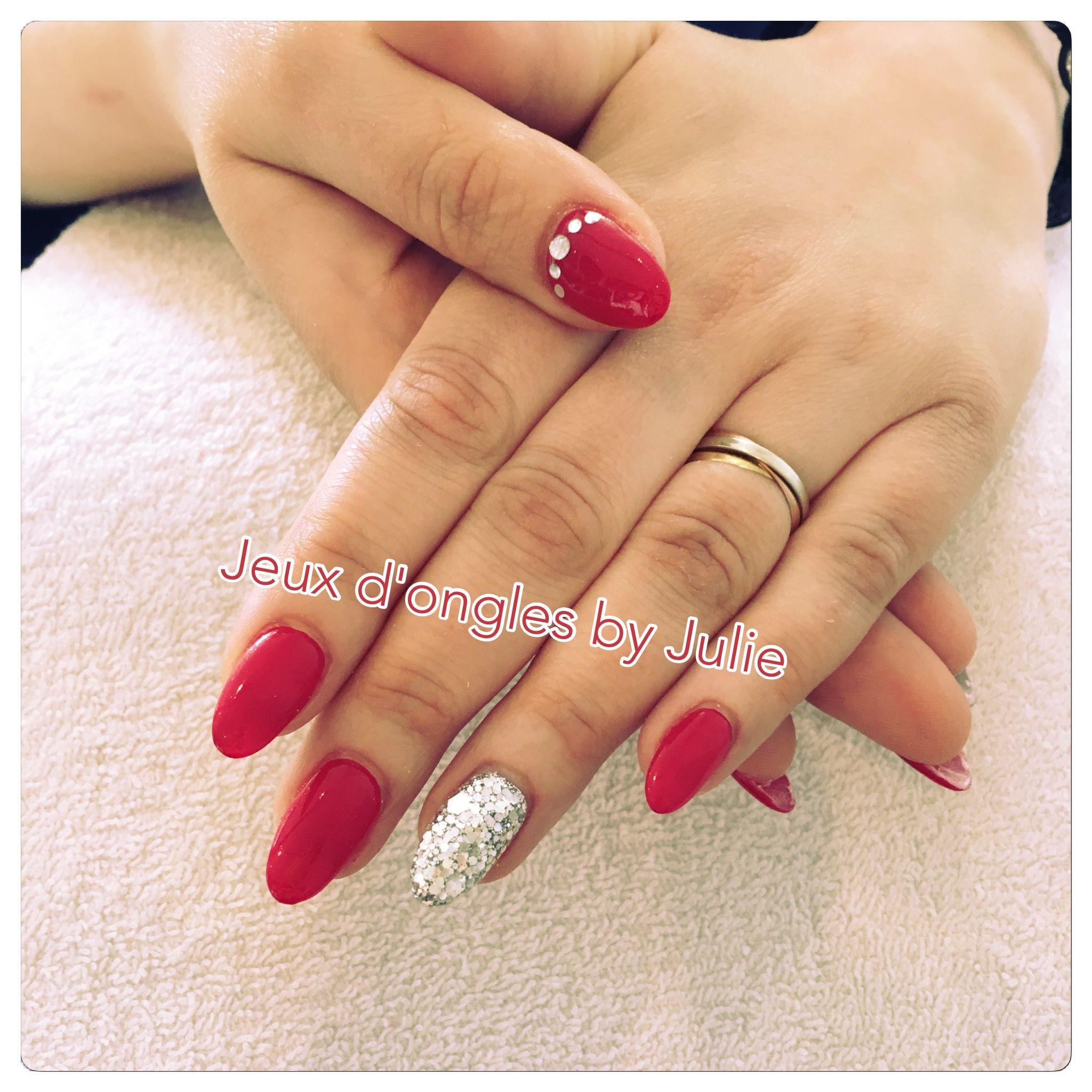 Gel rouge glamour avec un ongle pailleté argenté et strass