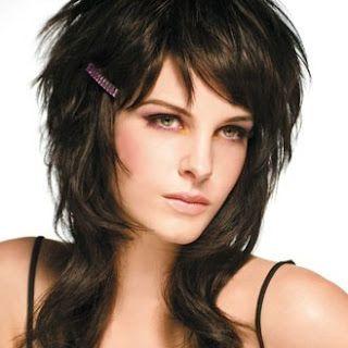 Lisse, dégradée, naturelle, sauvage ou effilée, le mi,long se décline dans  tous les styles. Découvrez les coupes de cheveux à demander à votre  coiffeur.