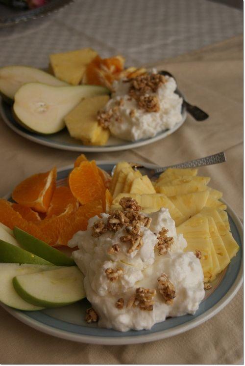 eple, appelsin og ananas sammen med skyrkrem (skyr naturell pisket opp med sukrinmelis og økologisk vaniljepulver) og go-lean frokostblanding med honningsmak.
