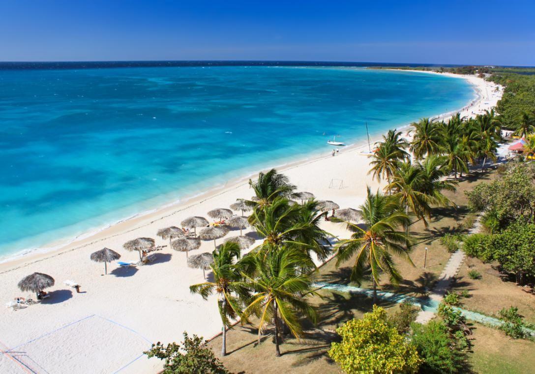 Playa Ancon i Cuba er kendt for sit smukke, blå vand og den dejlige stemning - og så ligger stranden tæt på hyggelige Trinidad.