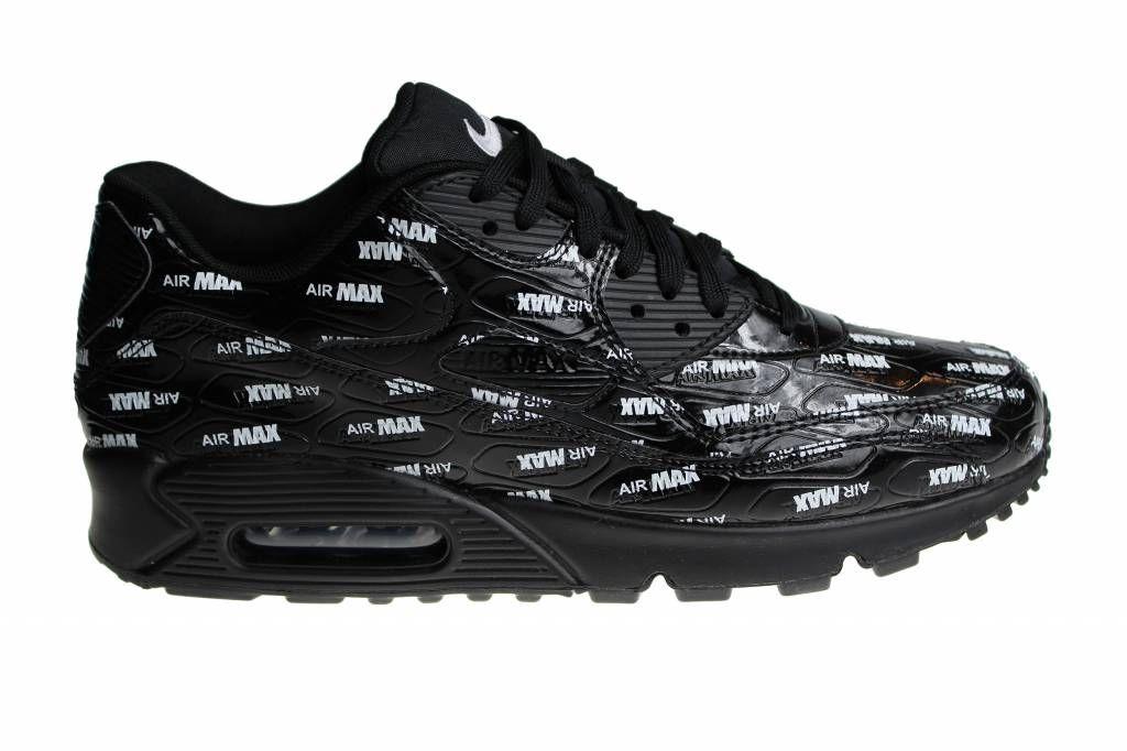 newest 8a89a 88a8e Zwarte Nike Air Max 90 Premium voor heren met witte Air Max logo s. De  bovenzijde