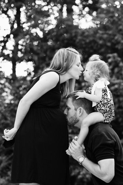 maternity pose with mom dad and toddler photography families