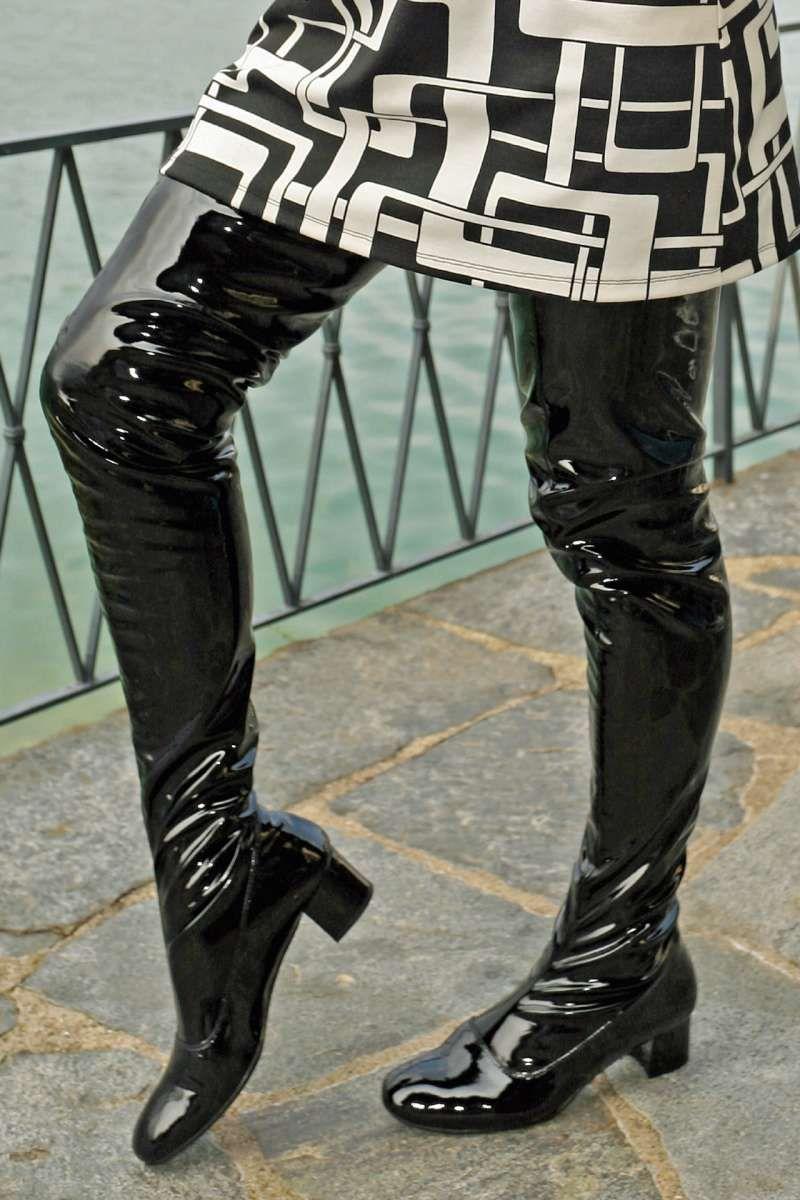Schrittlanger Stiefel im Stil der 60er Jahre Lack schwarz in