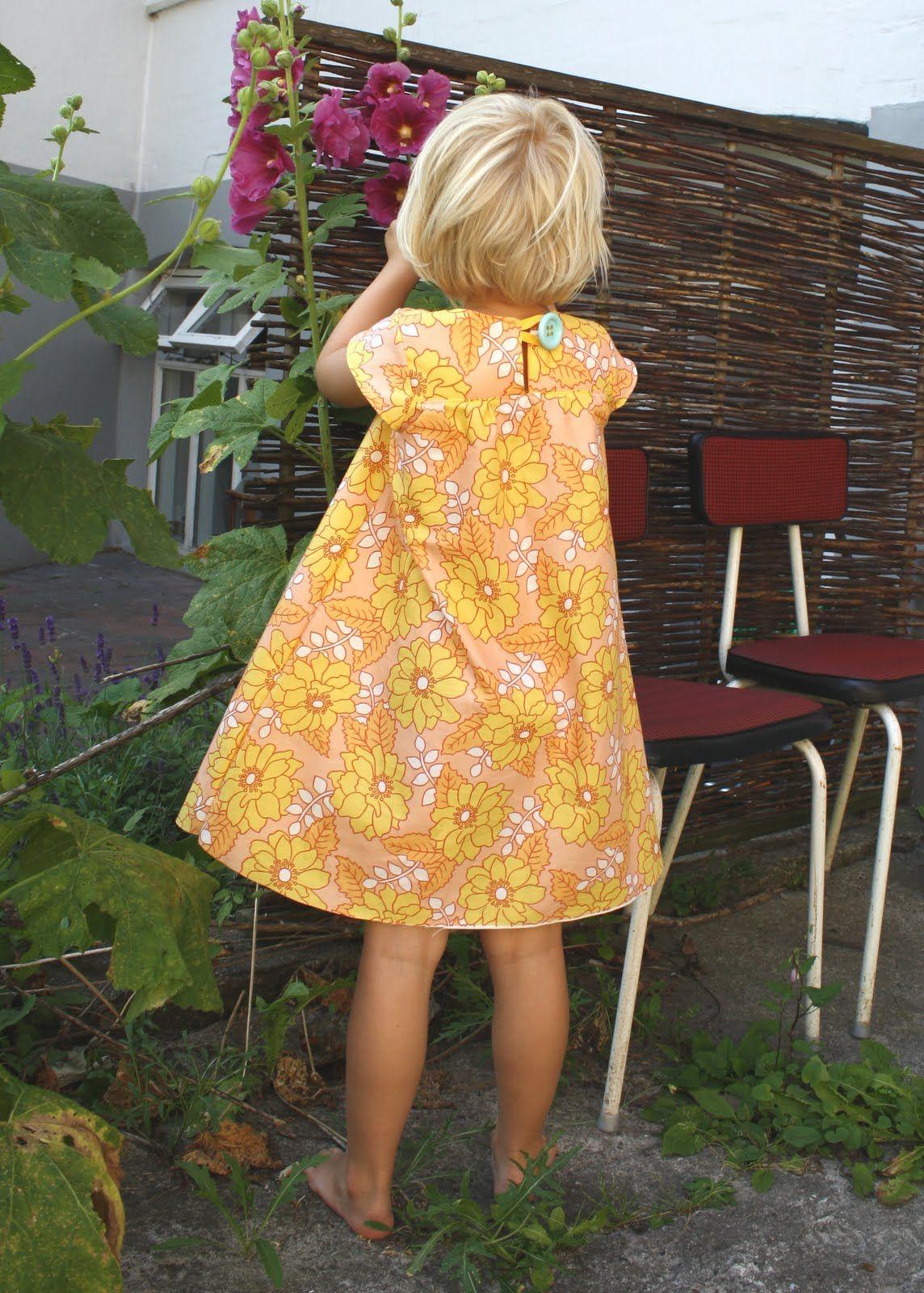 pusteblomter blogbutikkken: Sommerkjole i orange retrostof med hæklede lommer