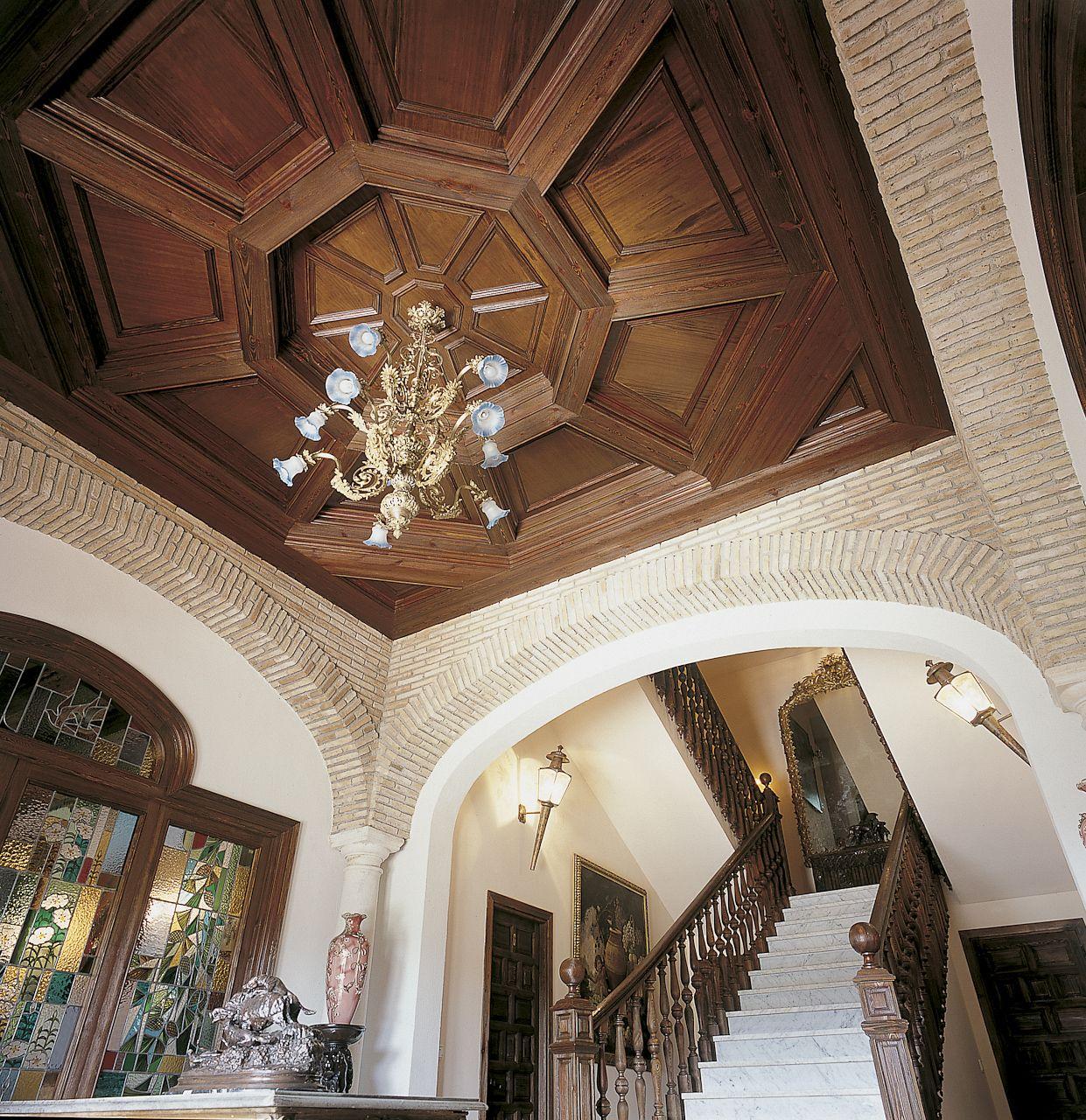 Techo con artesonado de madera pasamanos de escalera y puerta dise o exclusivo de ebanister a - Escalera de techo ...