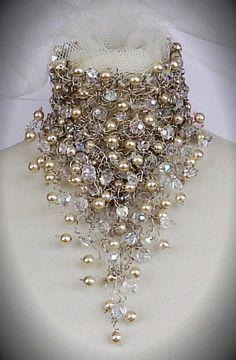 Gorguera en alambre de plata, perlas y cristales,