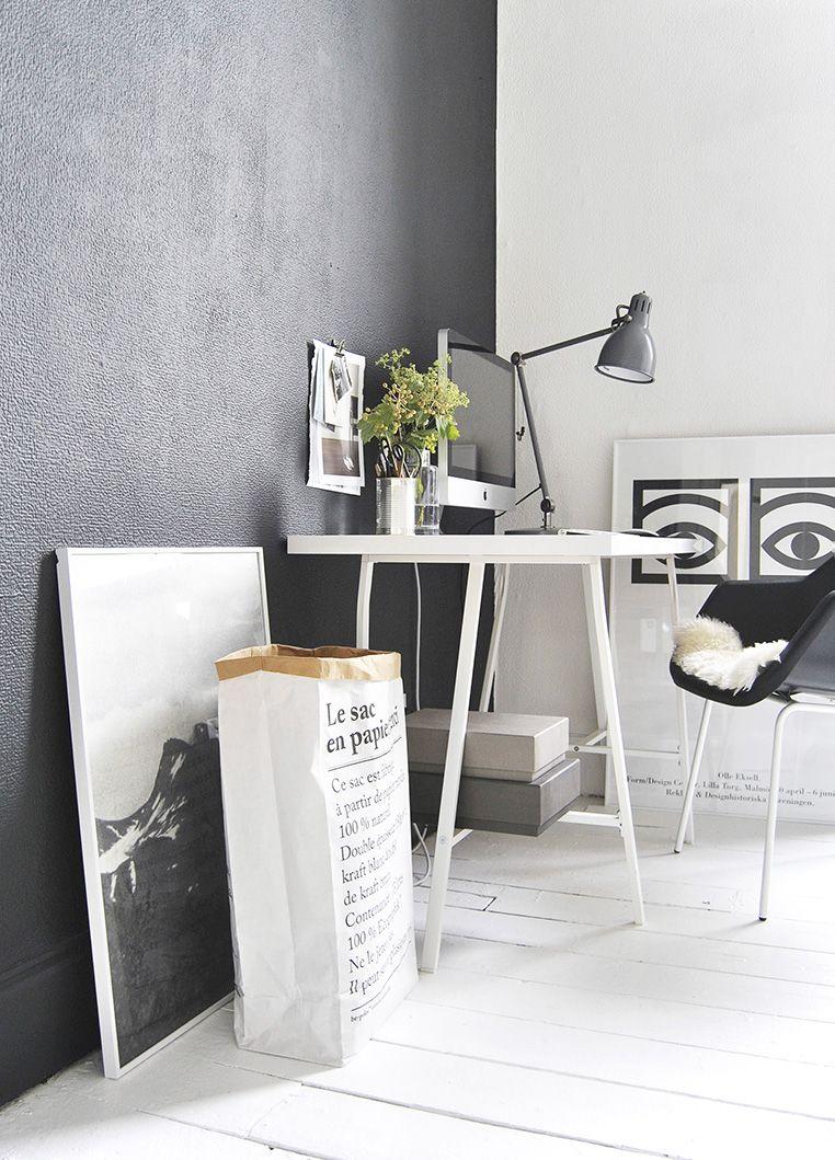 Lampada Da Studio Design alla parete color antracite viene accostata una scrivania