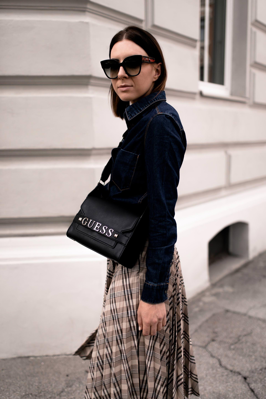 8a470cde8cd3 Mein Midirock Outfit für den Herbst mit Jeanshemd und Boots ...
