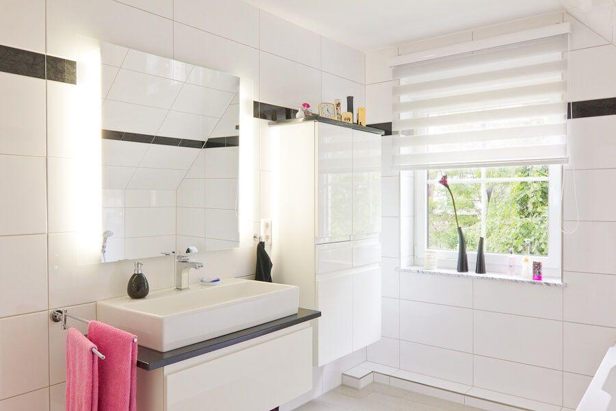 Badezimmer Fliesen Weiss Mit Bordure Waschtisch Bad Ideen Einrichtung Eco Vario Haus Falkensee Hausbaudirekt De Haus Bad Badezimmer