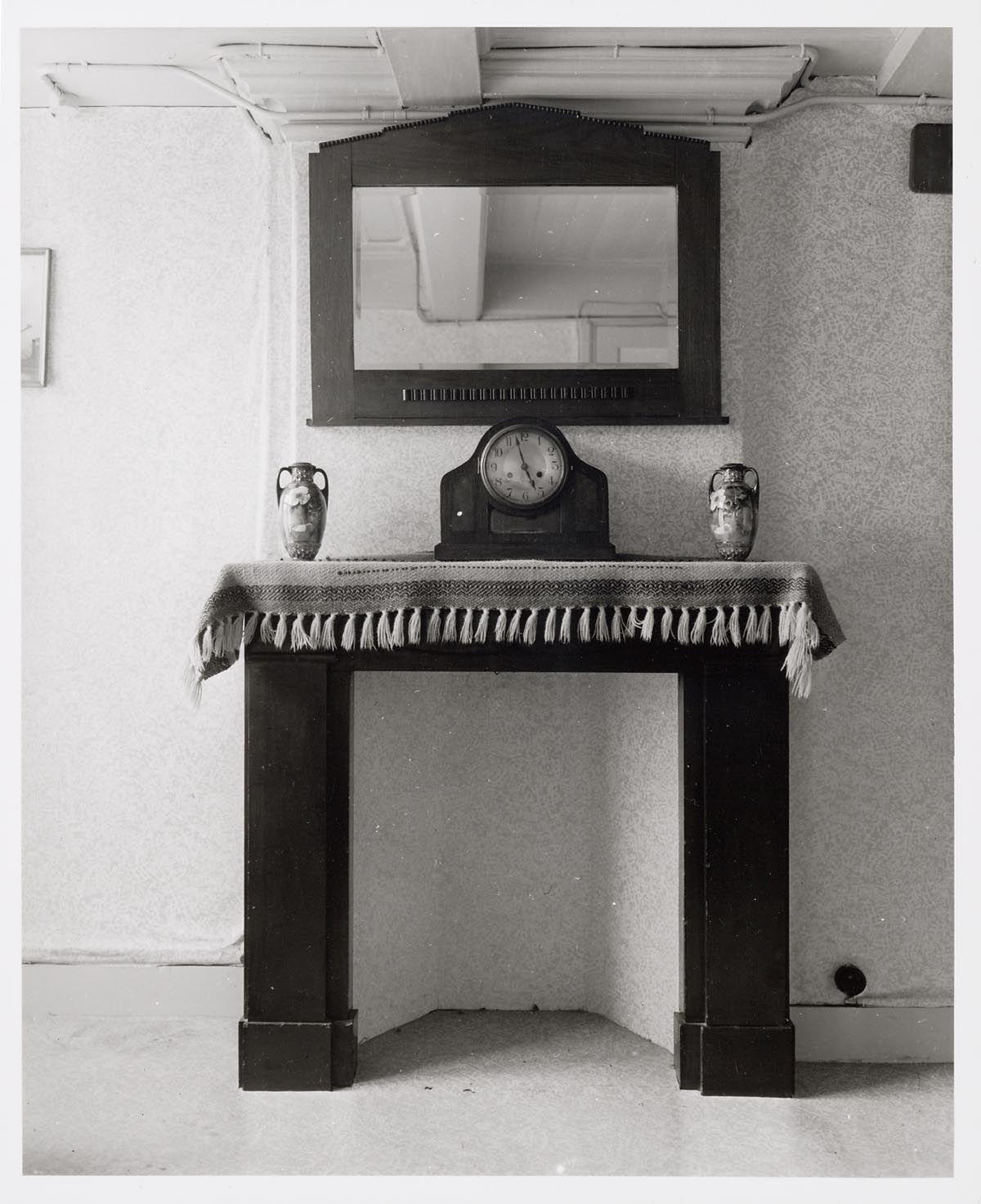 Interieur woning schoorsteenmantel met loper pendule en spiegel 1940s interior inspiration - Deco moderne woning ...