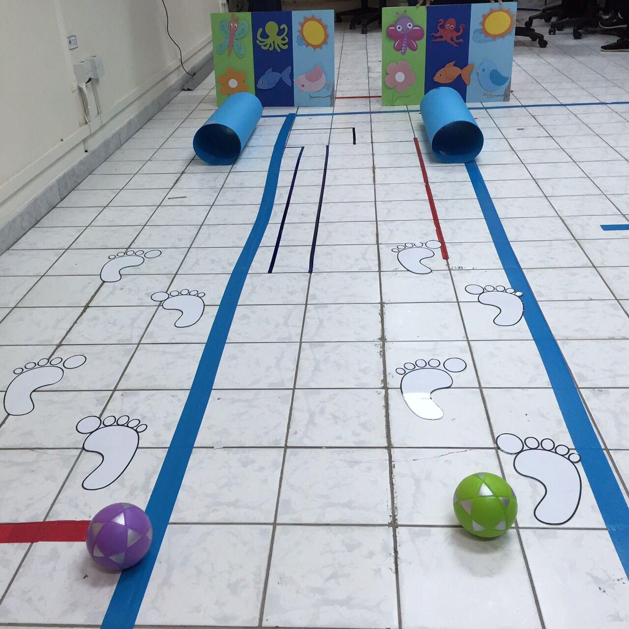 لعبة حركية يمشي الطفل على الخطوات ويرمي الكرة داخل الرول ثك يضع كل شي في ب Paper Crafts Diy Kids Fall Preschool Activities Preschool Learning Activities