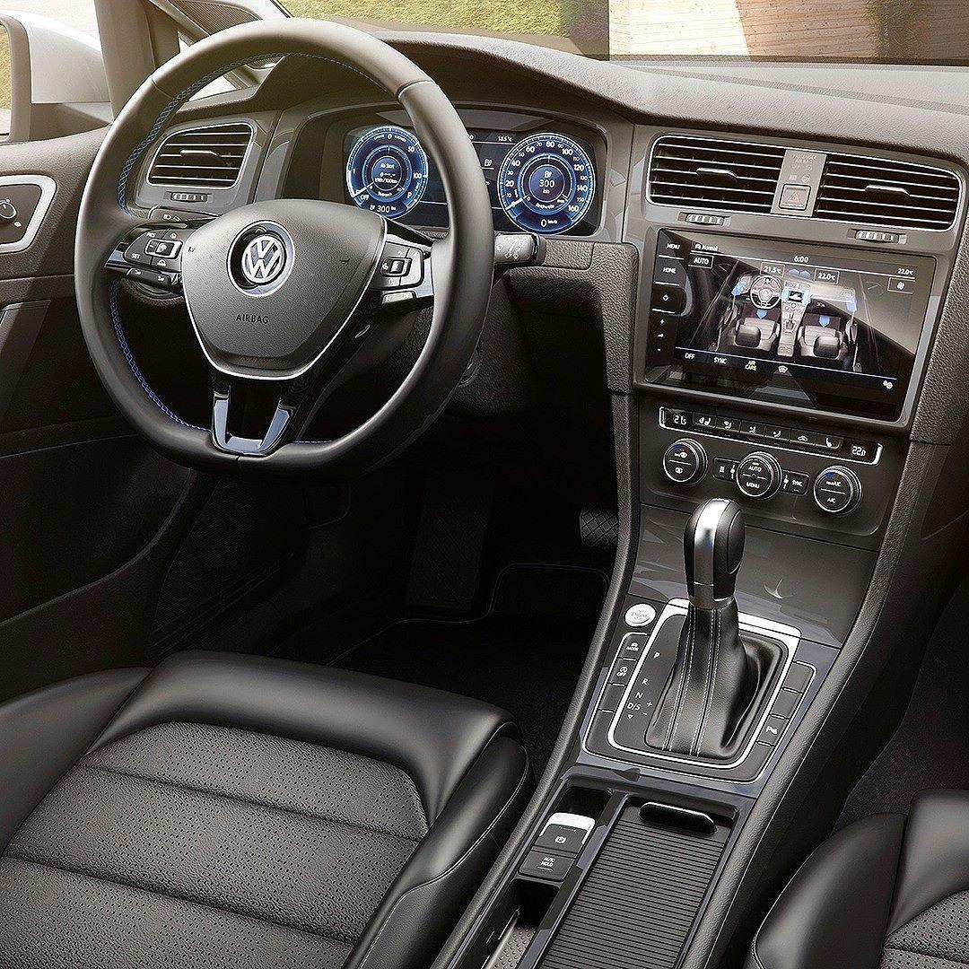 """Volkswagen  e-Golf 2017 Hatch médio elétrico também ganhou o facelift do restante da família e foi apresentado mundialmente no Salão de Los Angeles. O e-Golf ampliou em 50% a autonomia agora nos 300km. No interior quadro de instrumentos totalmente digital com tela de 12.3"""". A  central multimídia tem  tela de 9.2"""" com controles por gestos e conexão Apple CarPlay Android Auto e  MirrorLink de série.  O motor elétrico agora desenvolve 100kW 15 a mais que o anterior enquanto o torque passou de…"""