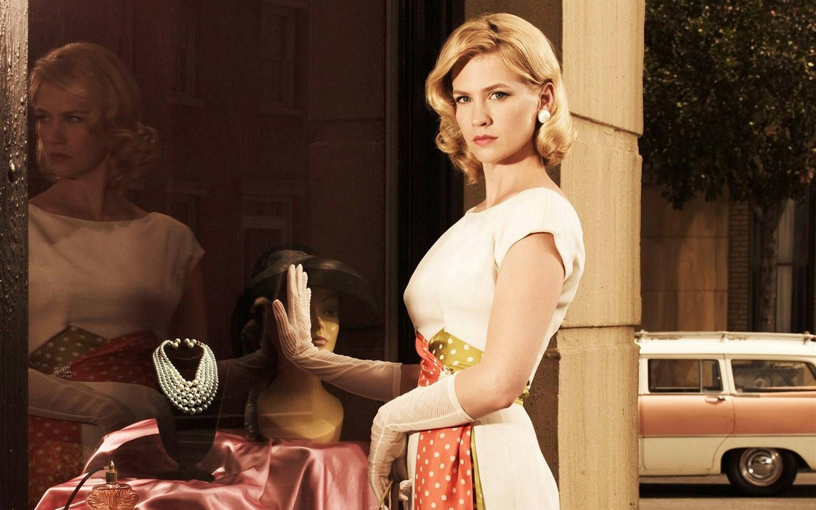 January Jones  / 1680x1050 Wallpaper