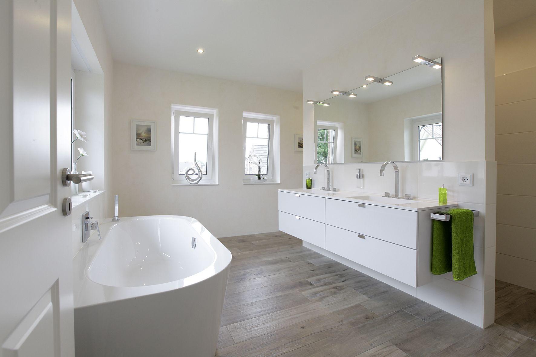 Grosses Badezimmer Mit Gefliester Dusche Doppelwaschtisch Und Stylischer Badewanne Dusche Fliesen Grosse Badezimmer Badezimmer