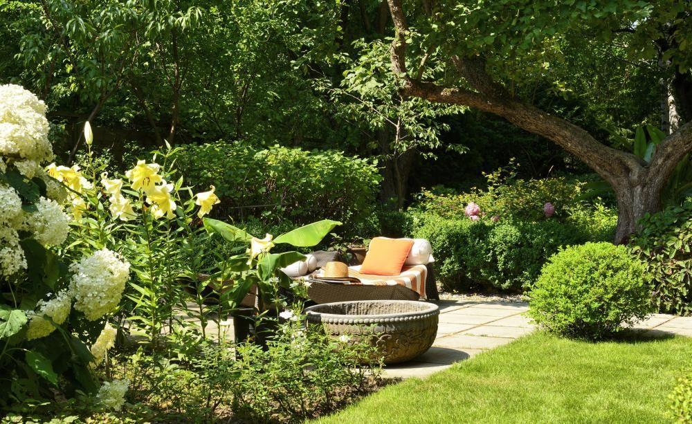 Garten anlegen Gestaltungstipps für Einsteiger Gartenplanung - sitzplatz im garten mit steinmauer