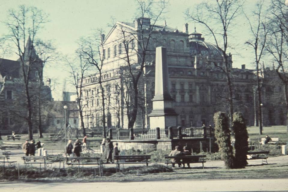 Krakow Pomnik Floriana Straszewskiego Na Krakowskich Plantach Na Fotografii Z 1940 Roku W Tle Widoczny Teatr Juliusza Slowa Krakow Poland Krakow Street View