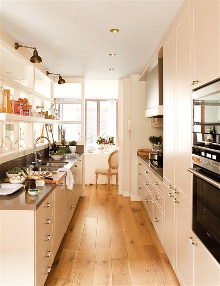 Cocina alargarda con muebles blancos y suelo de madera - Suelo madera cocina ...