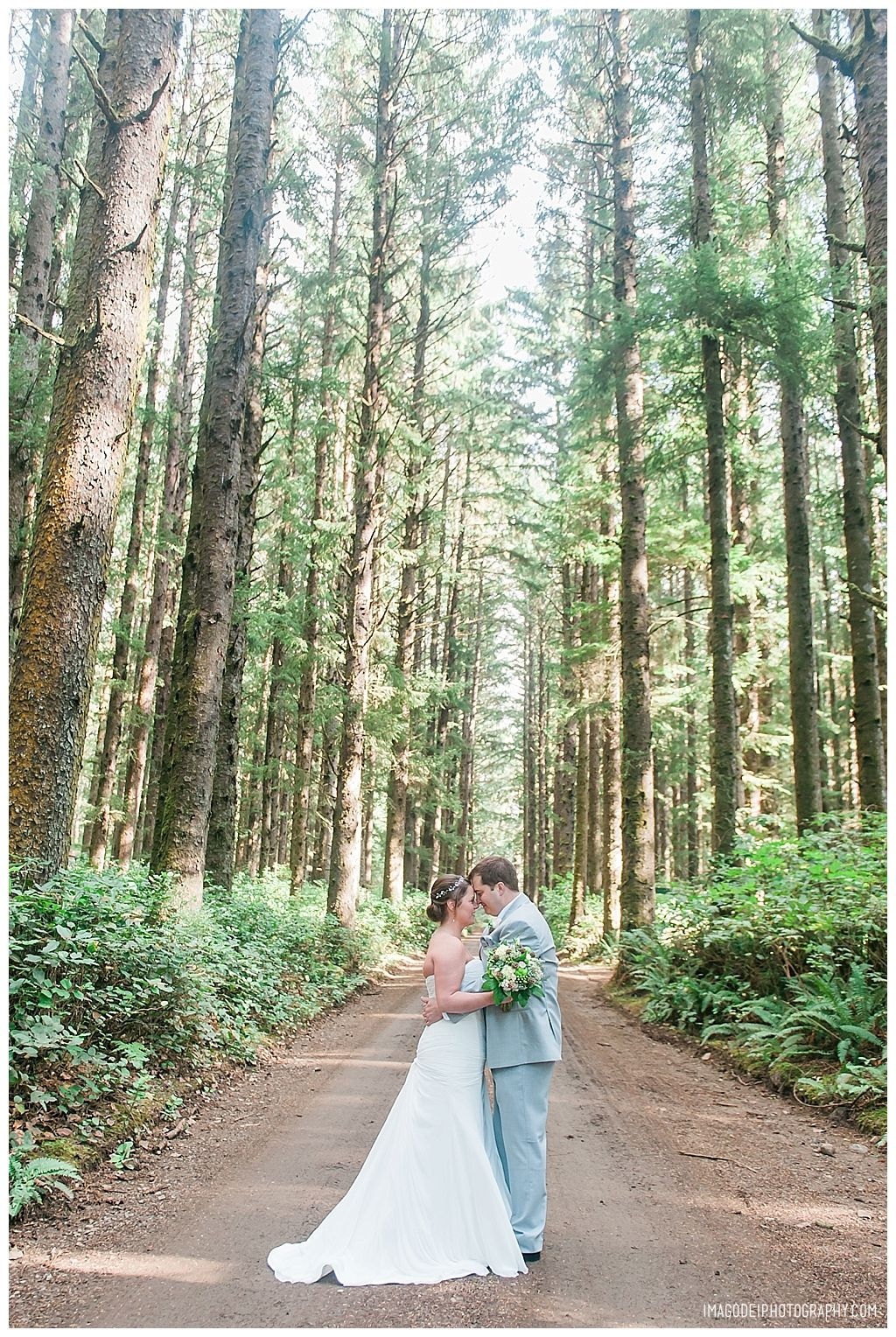 Elk Lake Oregon Wedding Surrounded By Their Closest People And Dog As They Vowed To Love Eac In 2020 Wedding Venues Oregon Lake Wedding Outdoor Wedding Inspiration