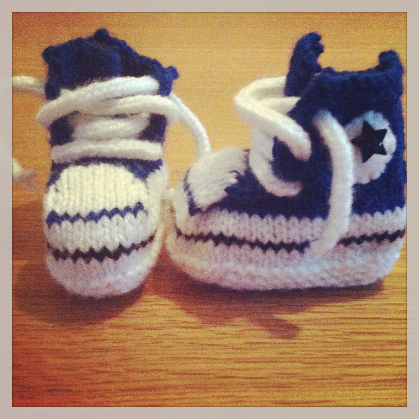 Knitted Baby Converse Booties. Free pattern from www.amandaleaps ...