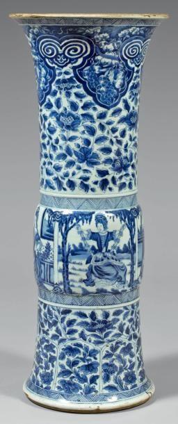"""Epoque KANGXI (1662 - 1722)  Important vase de forme """"gu"""" en porcelaine décorée en bleu sous couverte de quatre réserves de jeunes femmes co..."""