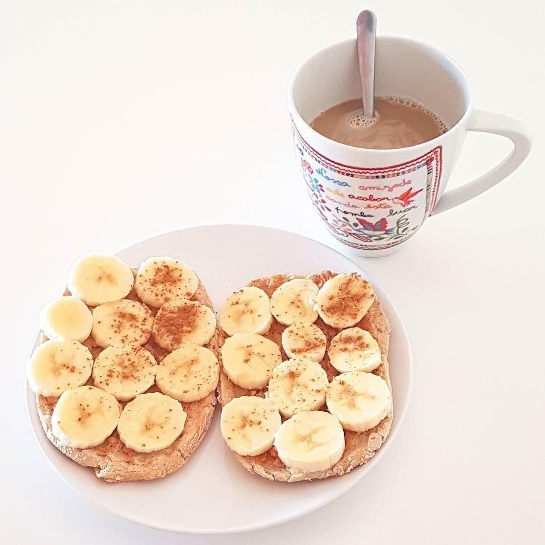 Energia para começar o dia: pão torrado com manteiga de amendoim (100% amendoim) banana e canela e claro bebida vegetal com café. Happy monday