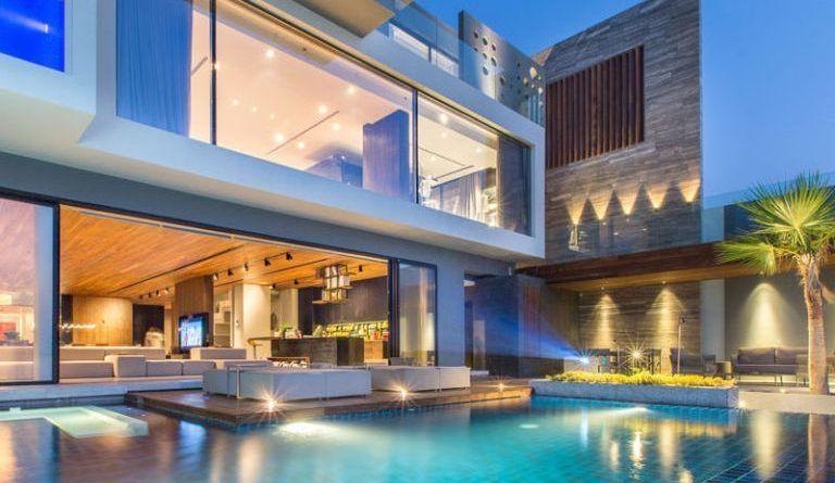Casa moderna frente al mar en las islas artificiales de for Arquitectura moderna casas interiores