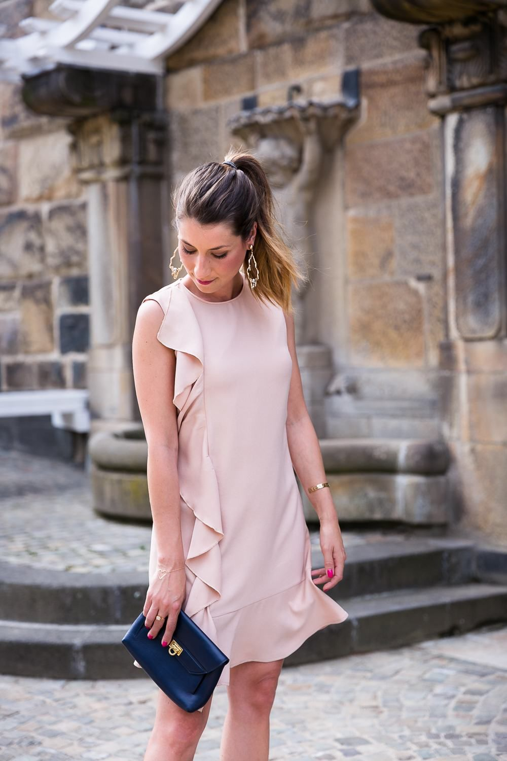 Wedding guest outfit inspo - pink dress with ruffles and statement earrings  Kleid Mit Volant f43f86d6466