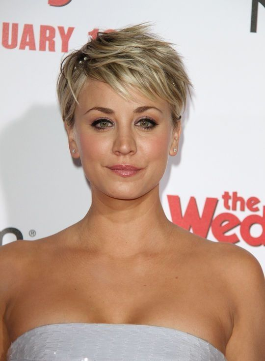 Kaley Cuoco Sweeting S Tousled Pixie Hairstyles In 2019 Kurze