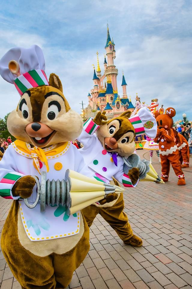 Disneyland Paris parade with Chip and Dale