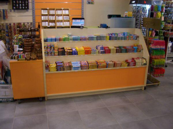 Más de nuestras soluciones de mobiliario comercial para tiendas 24 horas en http://jucabe.es/