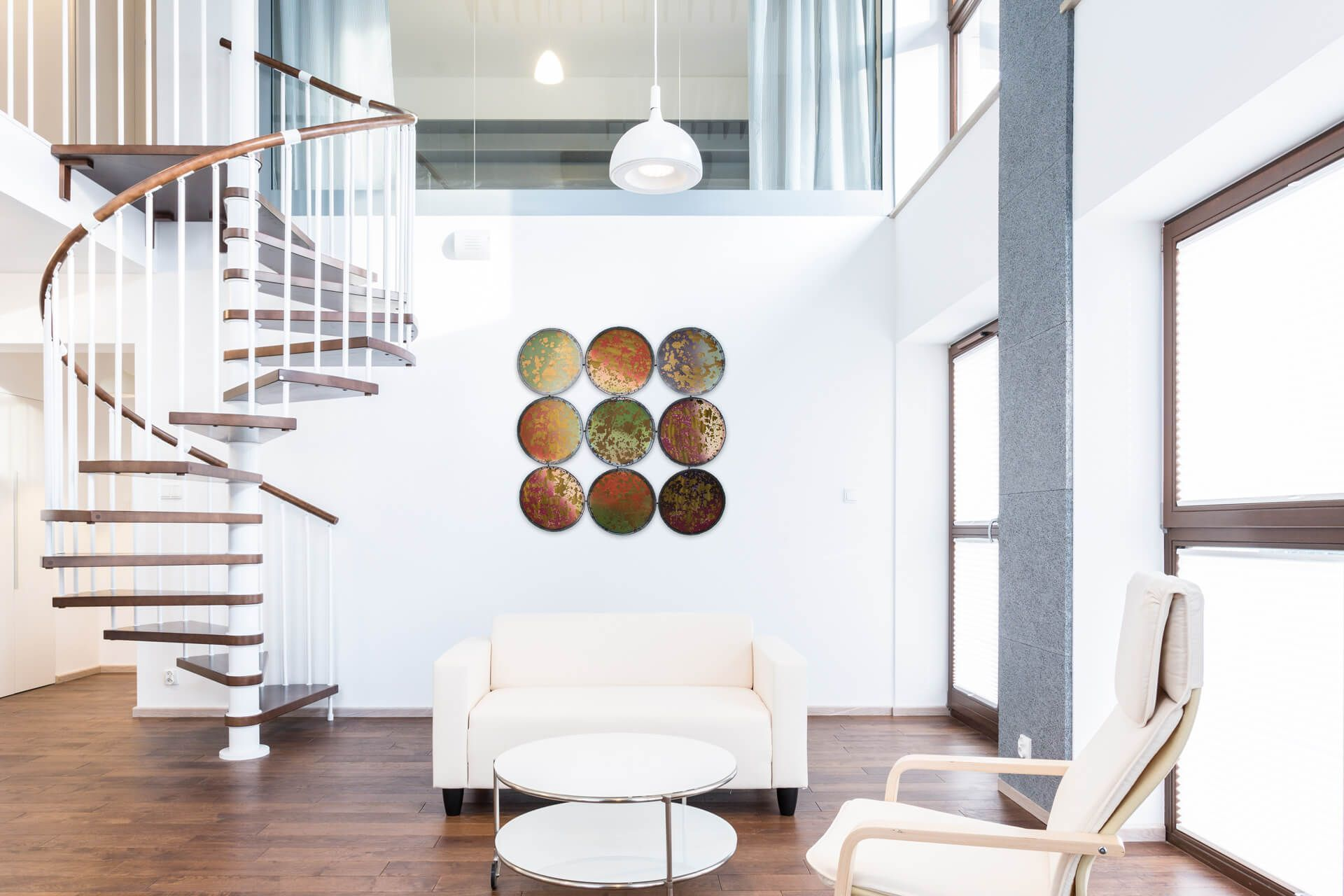 Metall Wandskulptur 'Tainted Mirror' 90x90x2cm #indischeswohnzimmer Das indische Farbenfest Holi zaubern Sie mit der extravaganten Wandbild aus Metall 'Tainted Mirror' in Ihr Wohnzimmer. Tatsächlich wirken die neun Kreise wie von Farben beworfen und strahlen damit eine fröhliche Einzigartigkeit aus, die ihresgleichen sucht. Dieser XXL-Farbklecks hebt Ihre Stimmung, ganz egal, wo Sie ihn sehen: Im Büro lockert er die Atmosphäre und Ihr Café erhält einen aufregenden Blickfang. Handgearbe #indischeswohnzimmer
