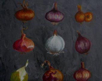 Cette peinture représente une collection d'oignons de toutes les couleurs La  peinture est réalisée à la gouache  tempera sur  un fond gris ardoise très texturé  . A la fin, les oignons sont  retravaillés au pastel et le tout est ciré , ce qui en fait une peinture très solide  qui peut se mettre dans une cuisine  Elle mesure 40 x40 cm ,est prête à être accrochée  et est estampillée Ateliers d'arts de France