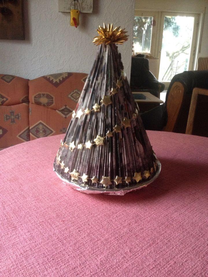 weihnachtsbaum mal anders aus katalog gefaltet mit glitter und kette dekoriert shabby chic. Black Bedroom Furniture Sets. Home Design Ideas