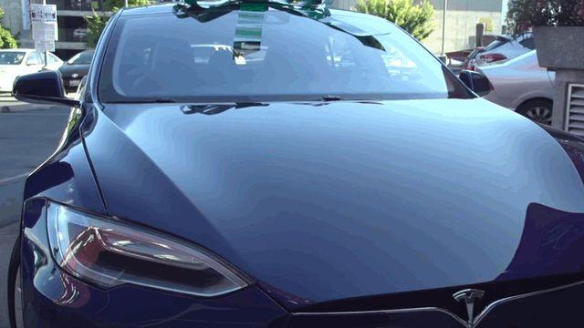 Des employés offrent une Tesla à leur patron