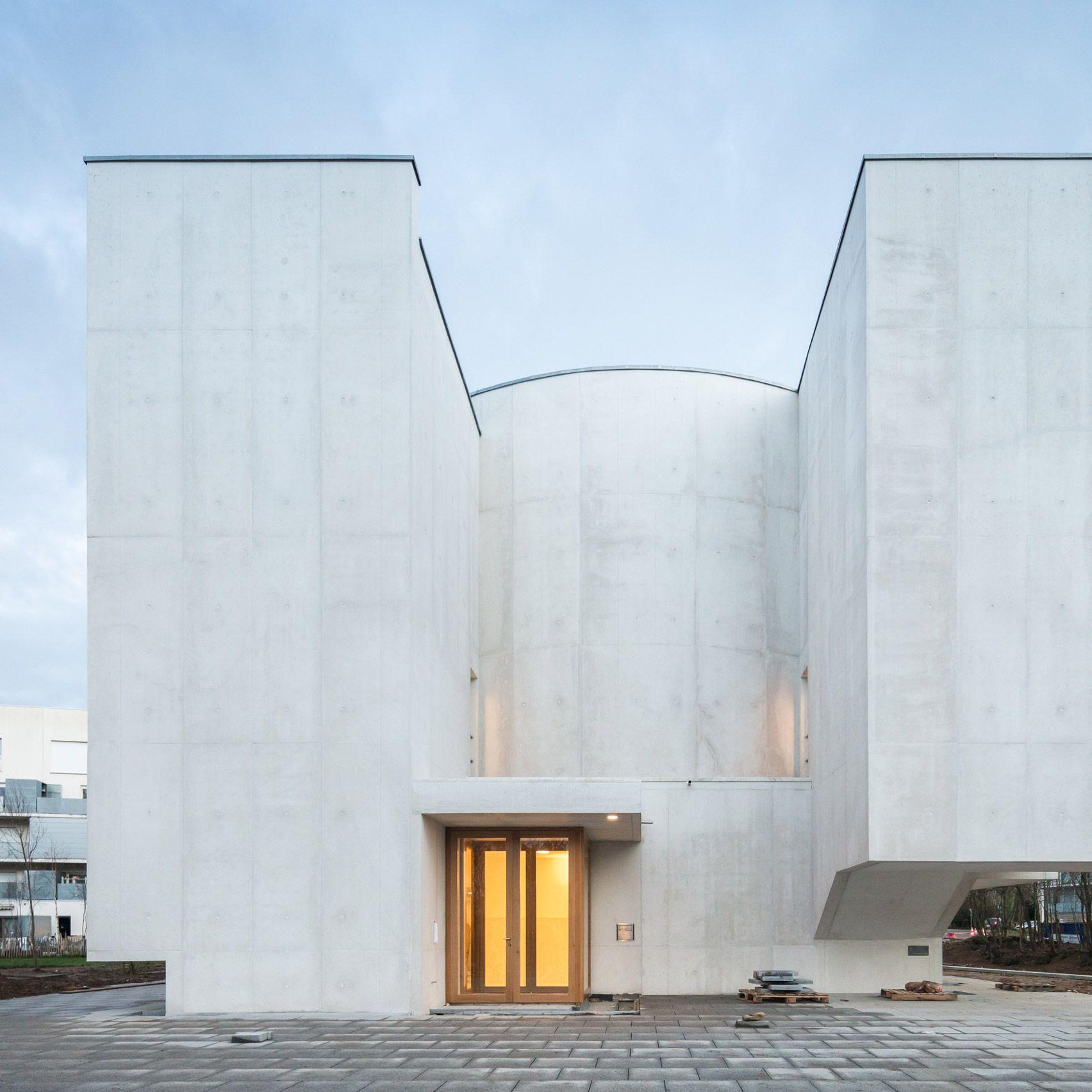 Portuguese Architect Alvaro Siza Vieira Has Completed A Church In The Brittany Region Of Fran Architecture En Beton Architecture Moderne Architecture De Facade