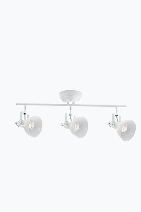 Metallia. 3 säädettävää lamppua. Kokonaisleveys 60 cm. Korkeus katosta 26 cm. Varjostimen ø 11,5 cm. Lamput 3xGU10 mukana. Enintään 35 W.