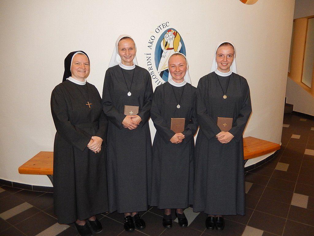 Kongregácia milosrdných sestier Svätého kríža (SCSC) - 9.10.2016: Obliečka a prijatie do noviciátu