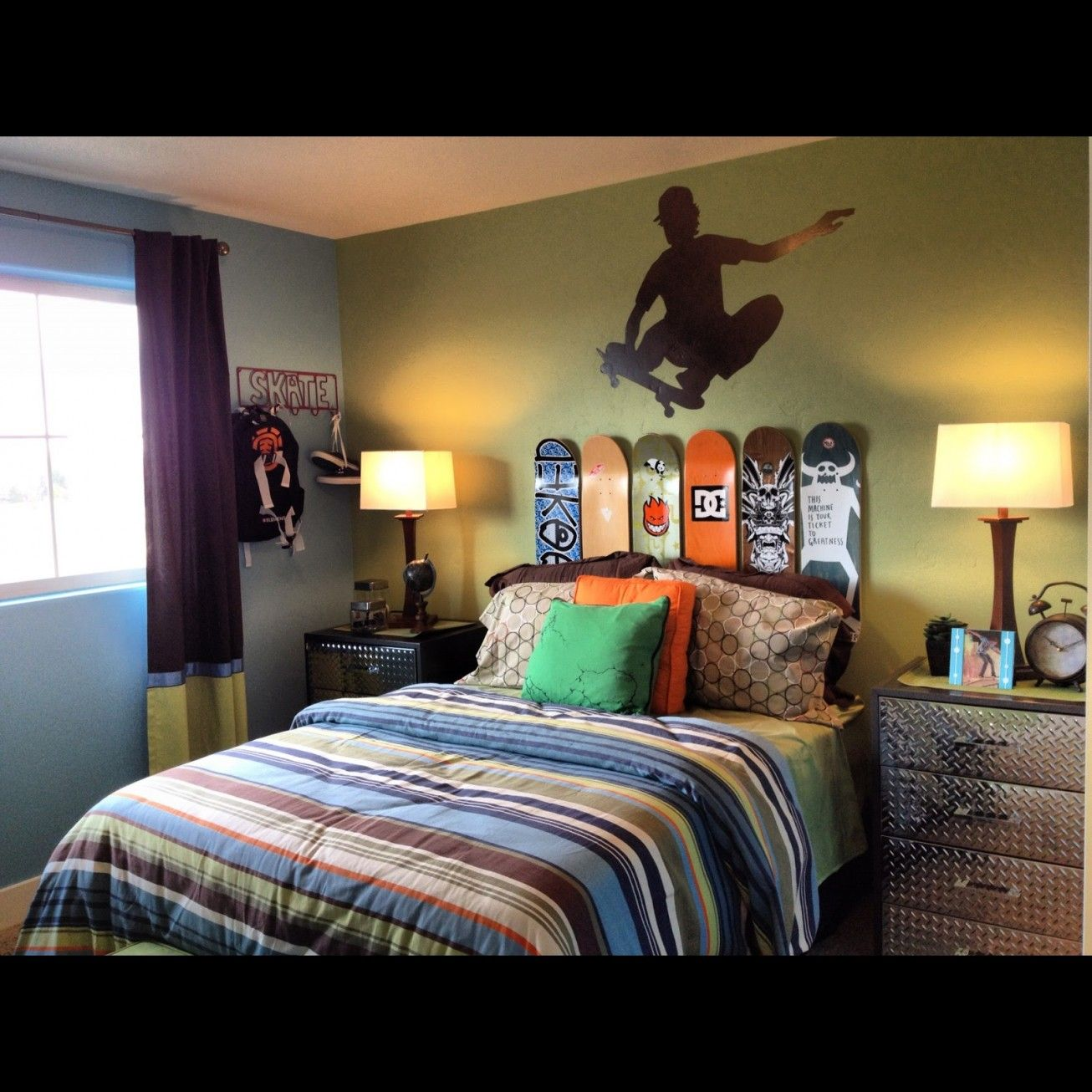 Some Uniqueness Of Skateboard Bedroom Decor For Kids Exciting Small Skateboard Decor With Bed Drape Skateboard Room Skateboard Bedroom Teenager Bedroom Design
